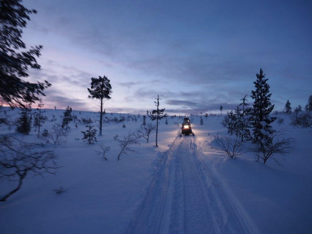 Sneeuwscooter in Fins Lapland