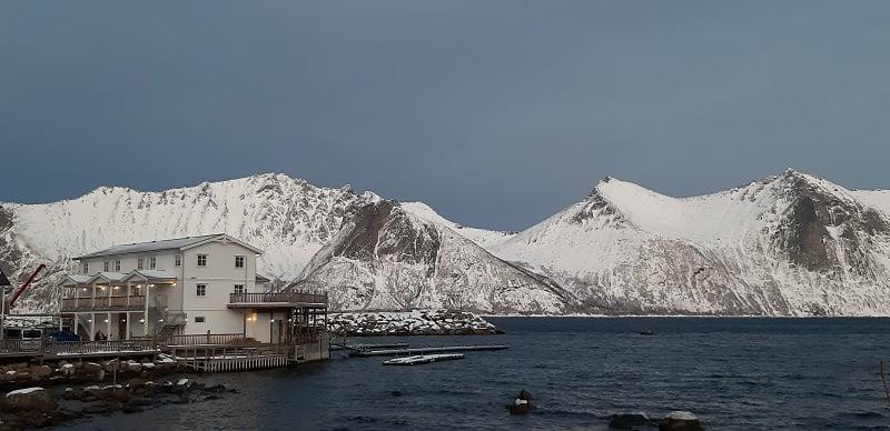 Mefjordvaer cabins met bergen Senja